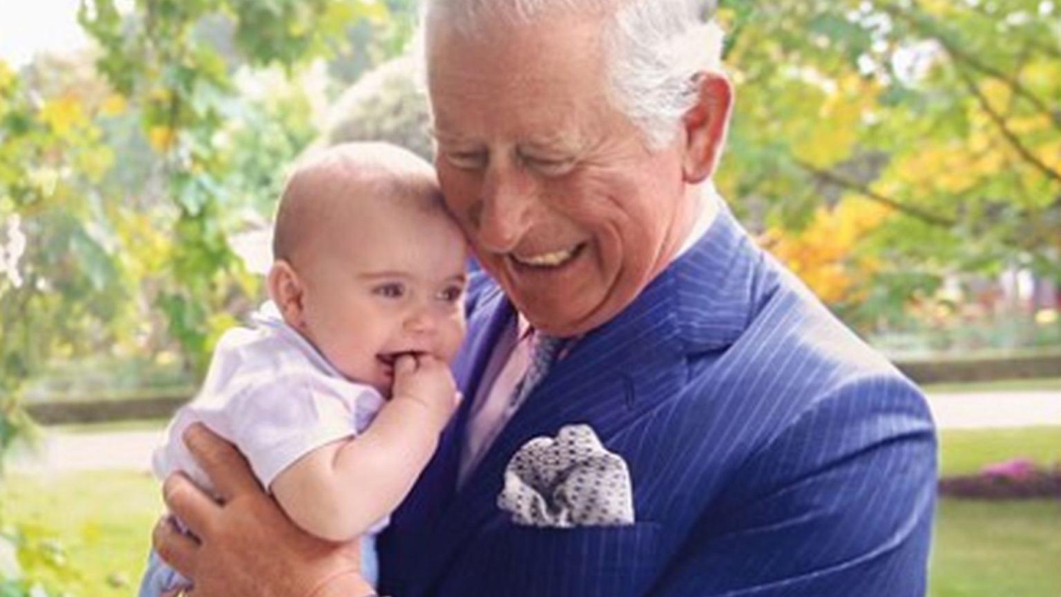 Książę Louis z księciem Karolem na okładce. Jednak to zdjęcie zza kulis jest najciekawsze! Maluch płatał dziadkowi figle