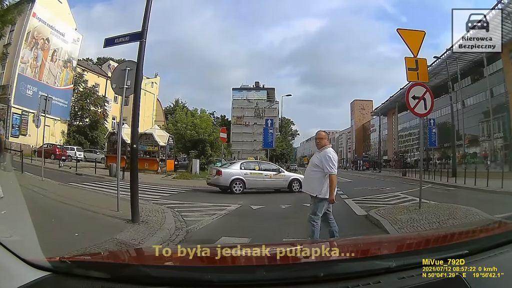 Agresywny pieszy, który wszedł pod koła w Krakowie