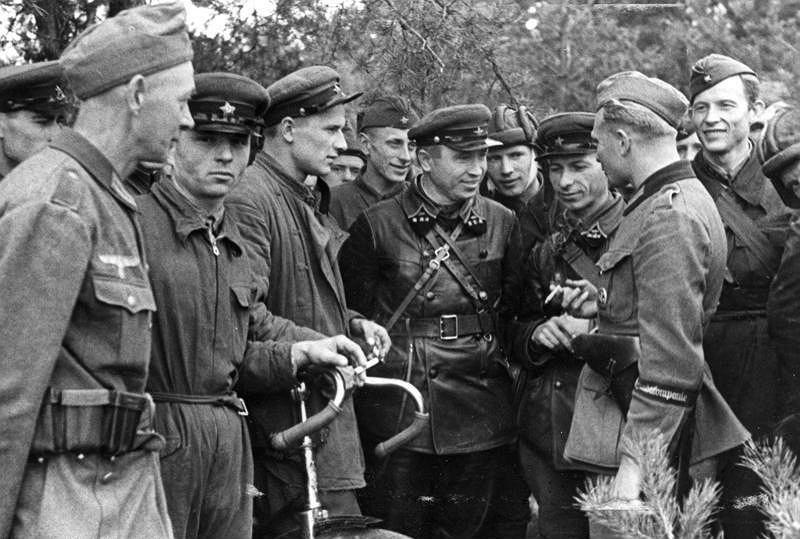 Niemieccy i radzieccy żołnierze spotykają się 20 września na terytorium Polski w rejonie Brześcia