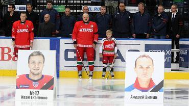Aleksander Łukaszenka z synem Nikolaiem pdoczas meczu hokeja