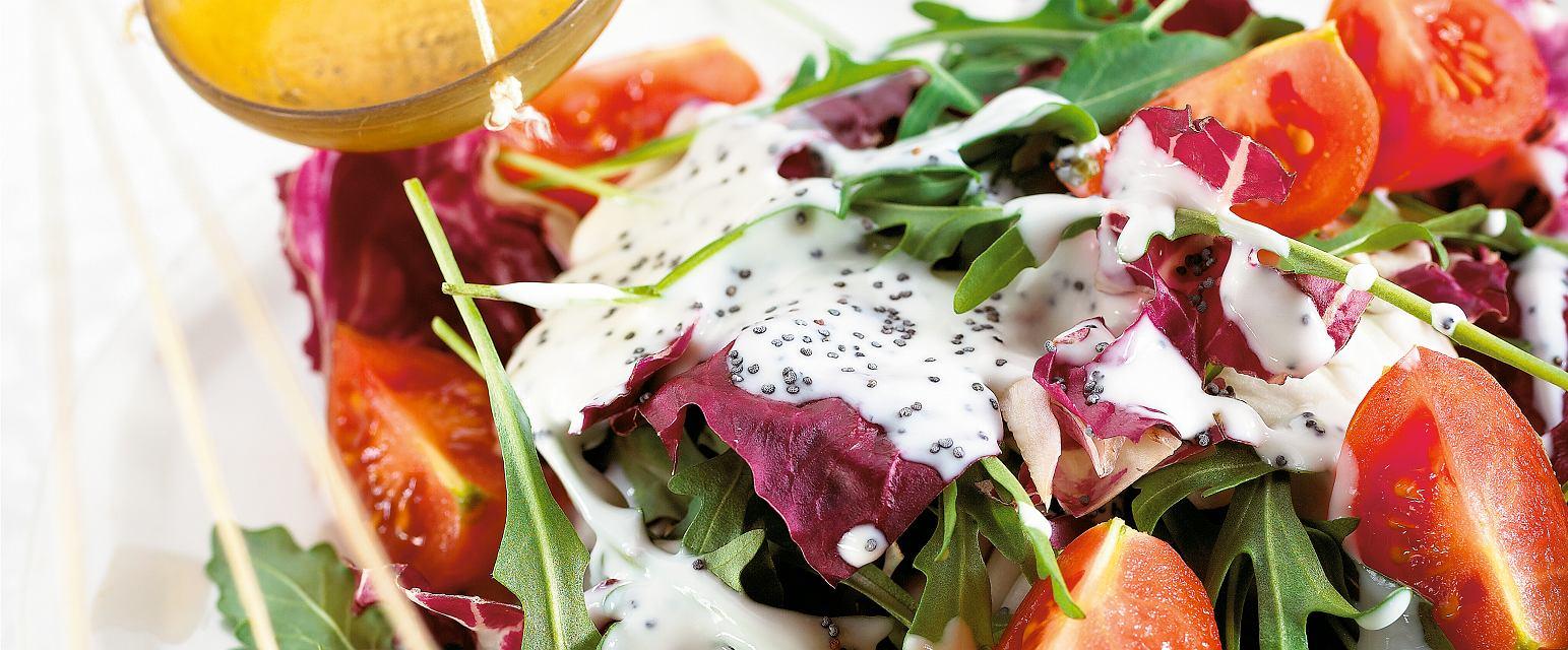 Sałatka z kolorowych liści z sosem jogurtowo-makowym