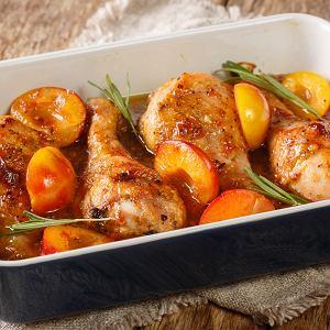 Śliwki na ciepło w sałatce i z kurczakiem - przepisy