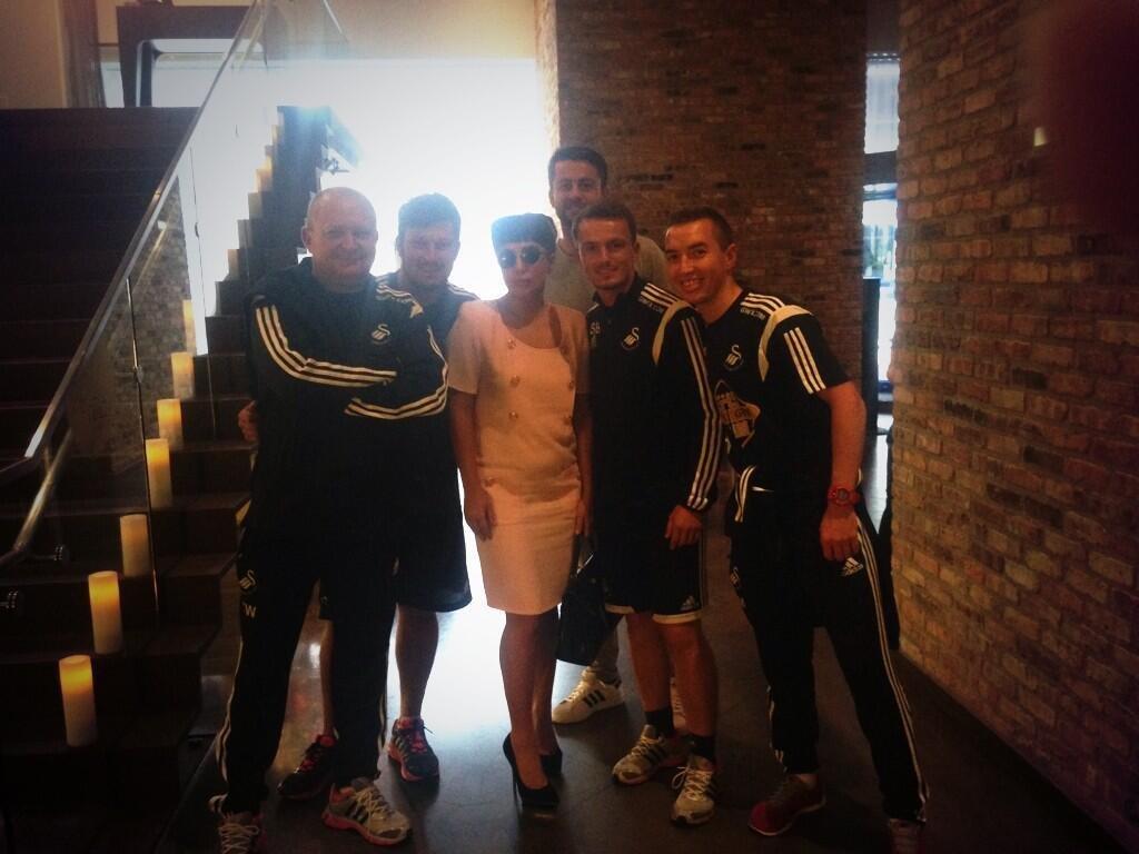 Lady Gaga i członkowie ekipy Swansea. Z tyłu Łukasz Fabiański