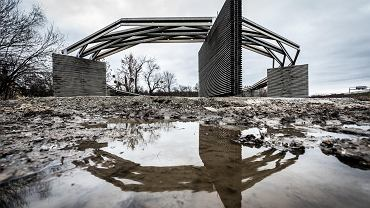 Kaplica wotywna na Żernikach powstaje z przeciwwypadkowych barier energochłonnych