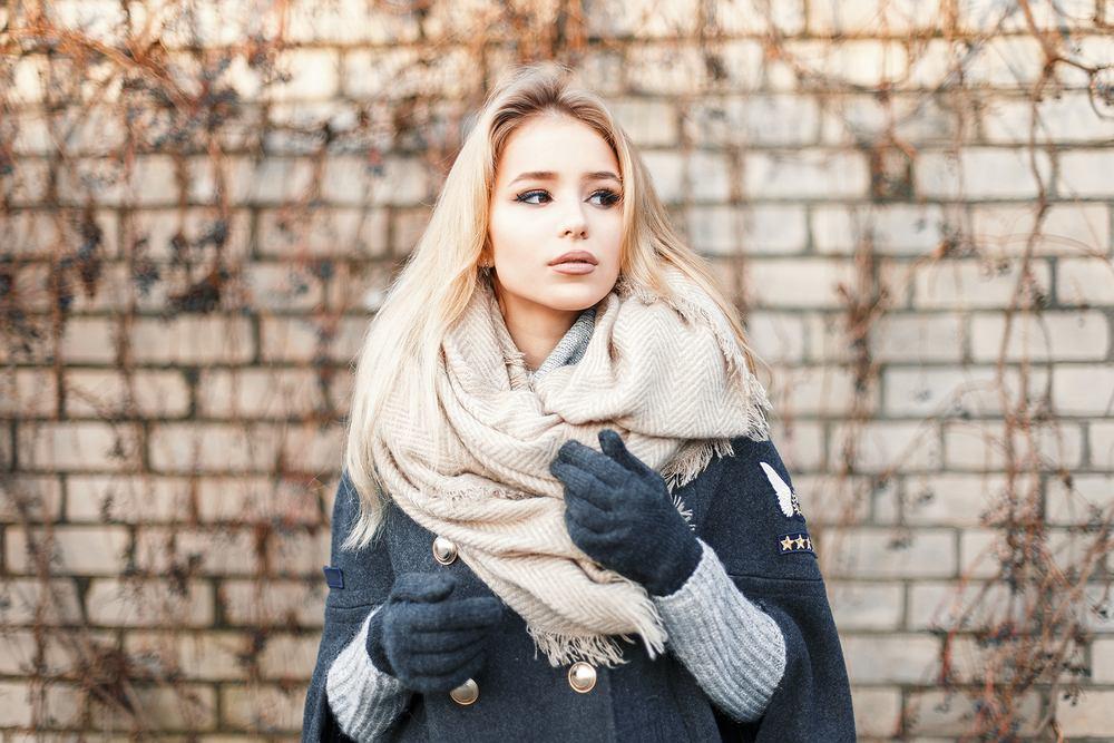 Modne szaliki na sezon jesień-zima 2019/2020. Podpowiadamy, które wzory i kolory warto nosić [TRENDY]
