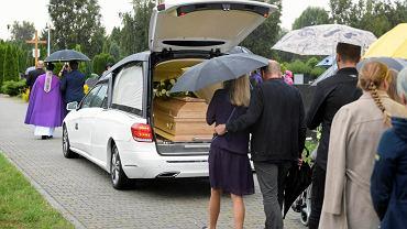 Lubin. Pogrzeb Bartosza S. odbył się w podlubińskiej miejscowości Obora. Najbliżsi pożegnali 34-latka, który zmarł po interwencji policji