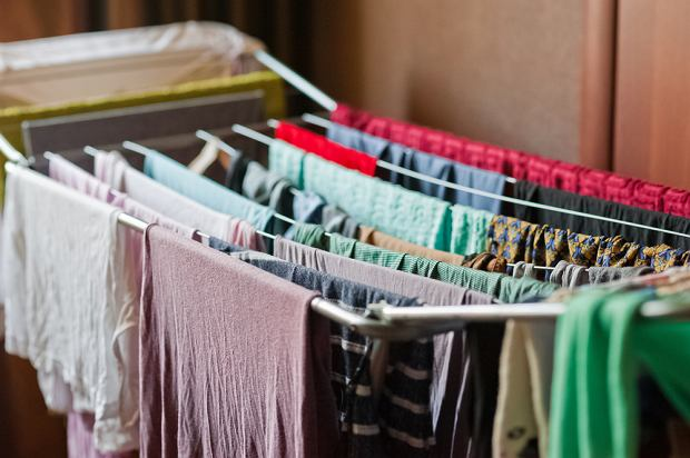 Suszysz pranie w mieszkaniu? To może być szkodliwe dla zdrowia. Wszystko przez pleśń
