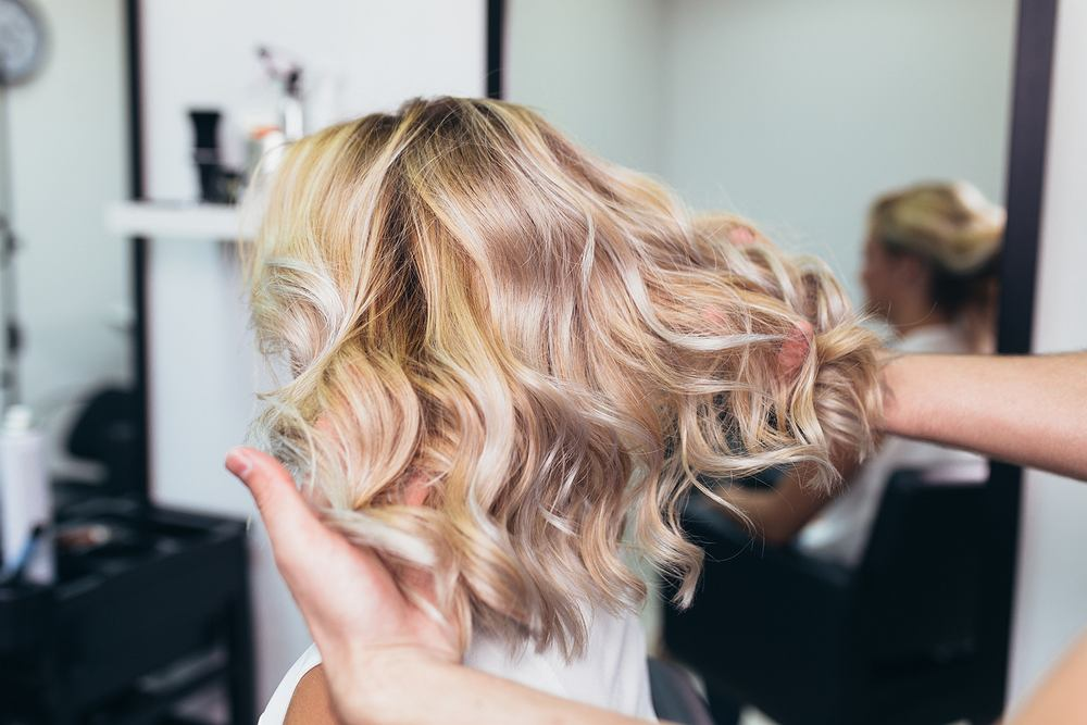 Balejaż w wersji współczesnej świetnie sprawdzi się na włosach blond i ciemniejszych, wygląda naturalnie