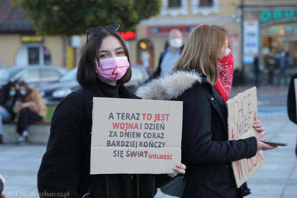Strajk Kobiet - pikieta przeciw zakazowi aborcji (kontrolowany przez szefa partii rządzącej TK orzekł, że legalna aborcja w przypadku ciężkich wad płodu jest niezgoda na konstytucją). Nowy Targ, 26 października 2020