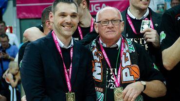 Trener Turowa Miodrag Rajković (z lewej) ze złotym medalem