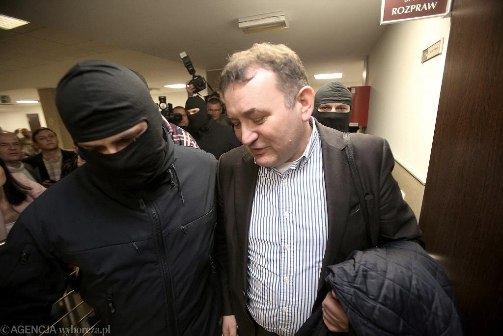 Poseł Stanisław Gawłowski prowadzony przez policjanta w Sądzie Rejonowym w Szczecinie, 15.04.2018 r.