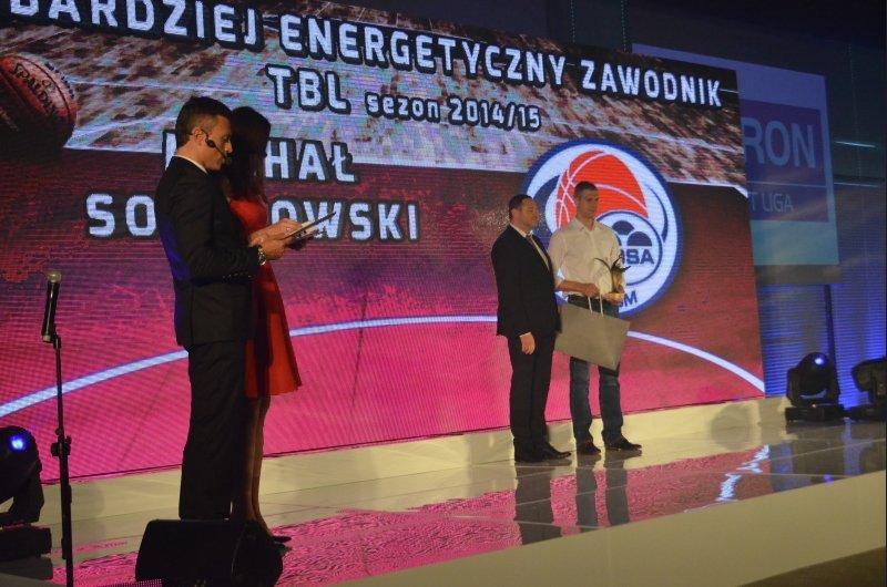 Michał Sokołowski, odbiera nagrodę podczas gali podsumowania Tauron Basket Ligi