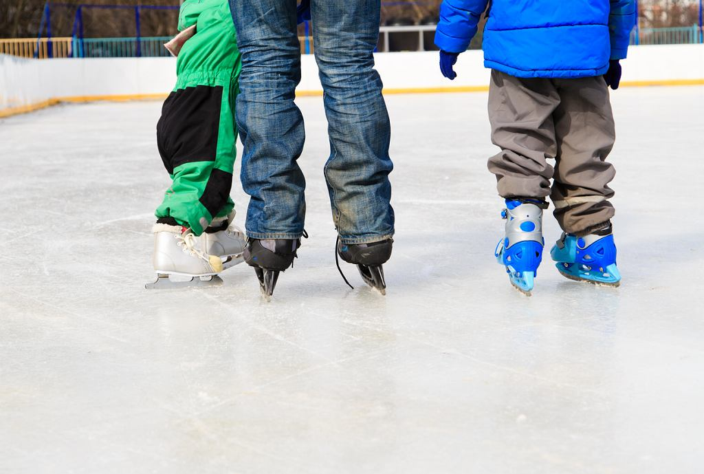 W ferie zimowe warto wybrać się na lodowisko.