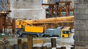 Tonąca barka pod Mostem Gdańskim