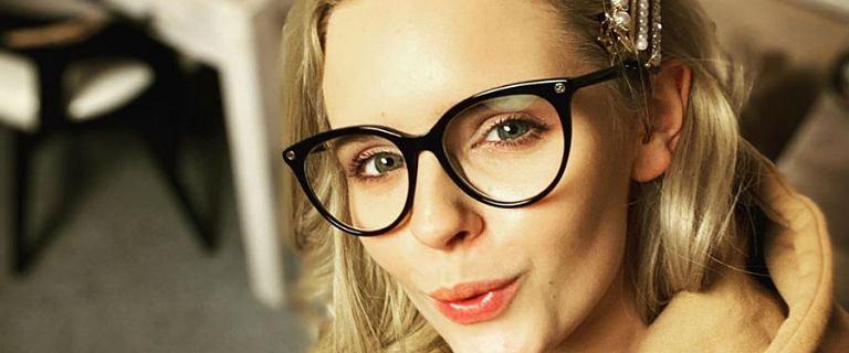 Olga Kalicka zrobiła tutorial makijażowy. Rezultat zachwyca! Zwraca uwagę również bluzka z kultowym wzorem polskiej marki