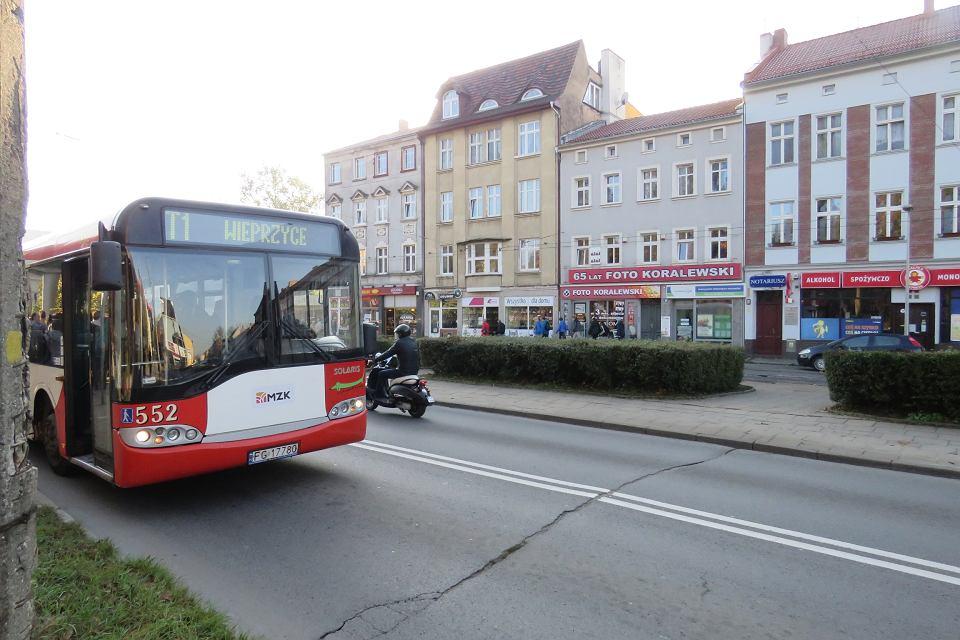 Autobus linii zastępczej T1 na ul. Sikorskiego