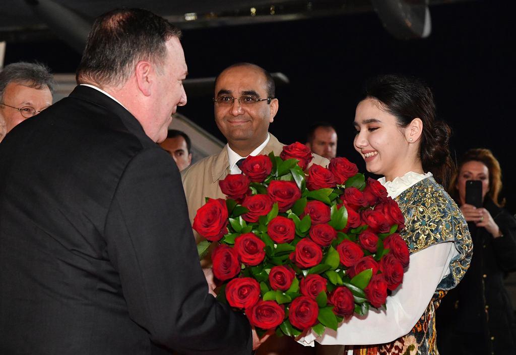 Na lotnisku w Taszkiencie Mike'a Pompeo powitała delegacja w strojach ludowych z bukietem kwiatów.