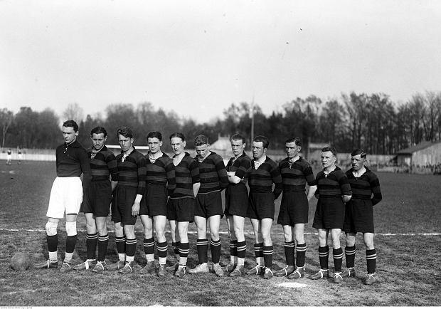 Drużyna Czarnych Lwów w 1929 r. Czarni uważali się za prekursorów piłki nożnej w Polsce. Piłkarze założonego w 1903 r. klubu grali w czarnych koszulkach z czerwonym pasem i czarnych getrach. W pierwszym sezonie ekstraklasy zajęli dziewiąte miejsce.