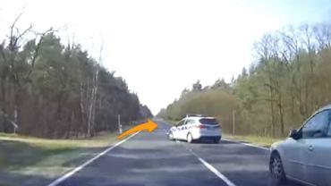 Kierowca wyprzedza, a policjant decyduje się na skręt w lewo