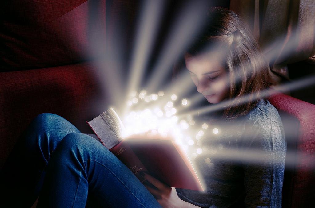 Zdjęcie ilustracyjne - dziecko z książką