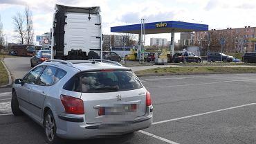 Kolejka do stacji benzynowej Makro w Poznaniu na Al. Solidarnosci 51