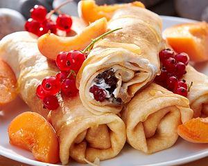 Naleśniki z serkiem, owocami i miodem
