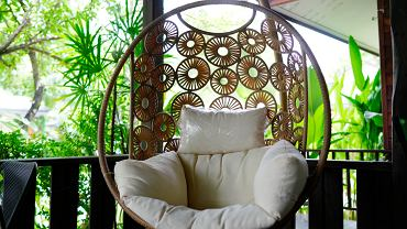 Fotel wiszący na balkon to bardzo popularny mebel. Zdjęcie ilustracyjne