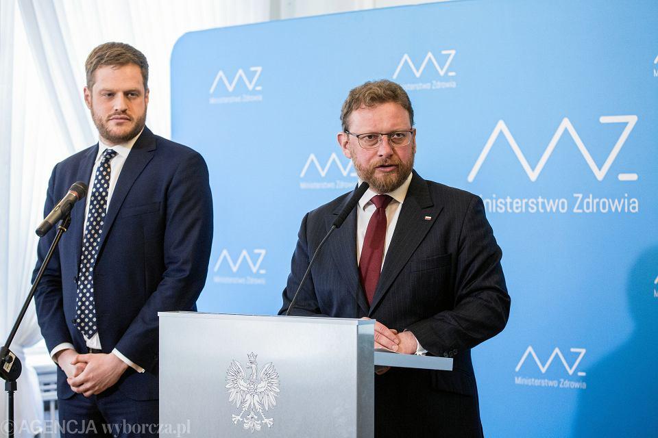 Podsekretarz stanu w ministerstwie zdrowia Janusz Cieszyński i minister zdrowia Łukasz Szumowski