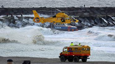 Służby ratunkowe penetrują wybrzeże Holandii