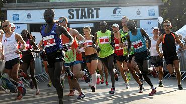 Wrocław, 11 września 2016. Start maratonu. Kenijczyk Francis Nzyoki biegnie z numerem 4