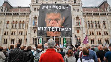 'Co ja znowu narobiłem?' - głosi napis na zdjęciu premiera Węgier trzymanym przez demonstranta. Opozycja protestowała wczoraj w Budapeszcie przeciwko polityce Orbána wobec uchodźców