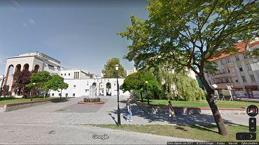 Teatr Fredry w Gnieźnie - jeszcze z zielenią zamiast fontanny przed wejściem