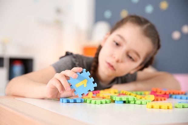 FASD występuje znacznie częściej niż inne zaburzenia neurorozwojowe. Chociaż mamy w Polsce dobre wsparcie dla dzieci ze spektrum autyzmu, ADHD, dysleksją i innymi chorobami, dzieci z FASD nie doczekały się żadnych systemowych rozwiązań mających pomóc im w procesie rozpoznania trudności i otrzymania właściwej pomocy