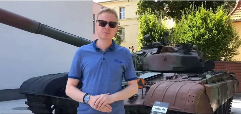 بولندا لتحديث دباباتها نوع T-72 بقيمه 450 مليون دولار Z25035059V,Posel-Michal-Stasinski-pokazuje-czolg-T-72-w-Muzeu