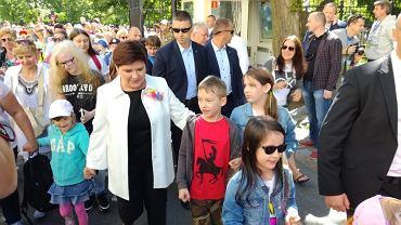 Minister Morawiecki z mieczem, Beata Szydło zachwyciła nową broszką. W Kancelarii Premiera zorganizowano imprezę z okazji Dnia Dziecka.