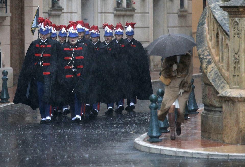 Żołnierze gwardii honorowej w drodze do katedry na uroczystości związane ze świętem narodowym Księstwa Monako. Monako, 19 listopada 2013 r.