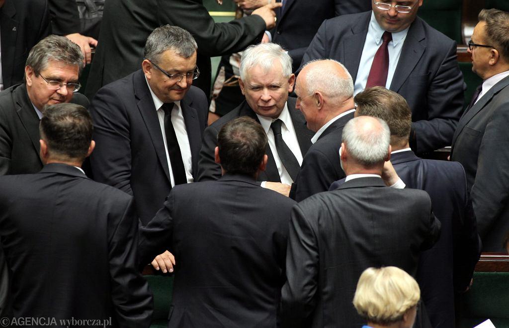 Jarosław Kaczyński i posłowie PiS podczas głosowania nad wnioskiem o wotum nieufności wobec rządu PO-PSL