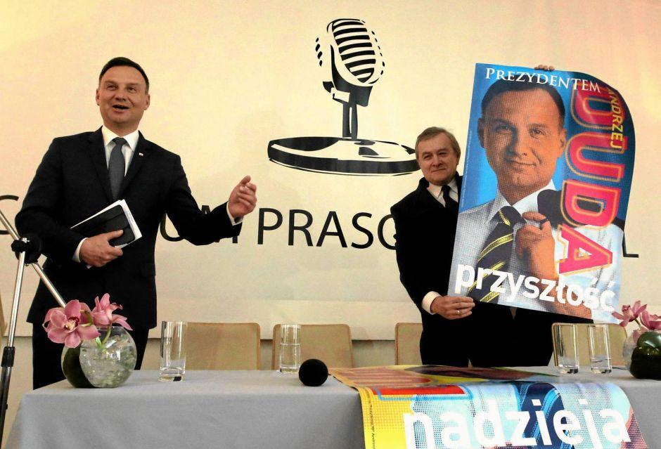 Piotr Gliński prezentuje plakat wyborczy według własnego projektu