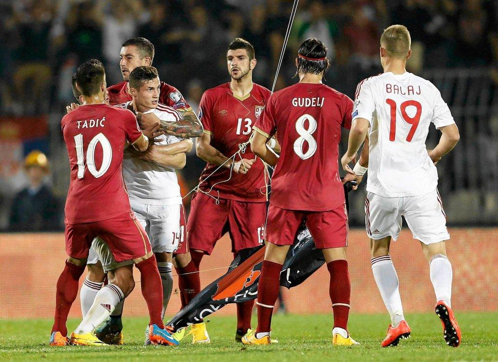 Przepychanka w meczu Serbia - Albania. Spotkanie zostało przerwane