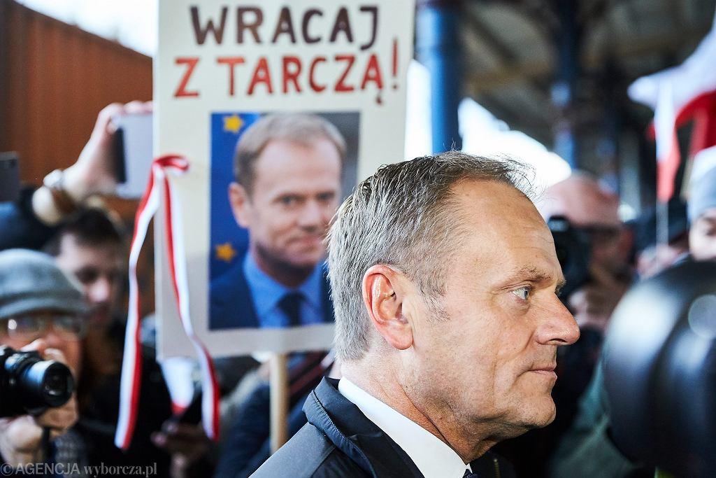 Przewodniczacy Rady Europejskiej, były premier Donald Tusk przyjechał pociągem z Gdańska do Warszawy na przesłuchanie przed prokuraturą, 19.04.2017