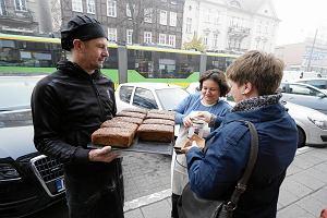 Święto Niepodległości. Poznański piekarz rozdał 100 chlebów na 100-lecie niepodległości Polski