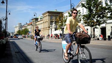 Rowerzyści na miejskich rowerach na Krakowskim Przedmieściu