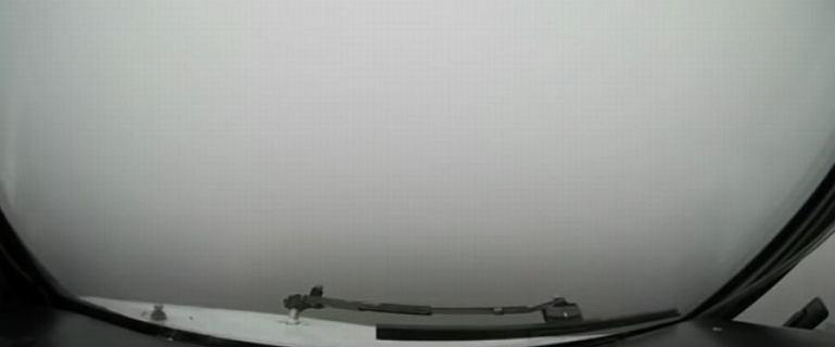 Samolot musiał lądować w ekstremalnych warunkach. Przez mgłę w ogóle nie było widać pasa startowego [WIDEO]