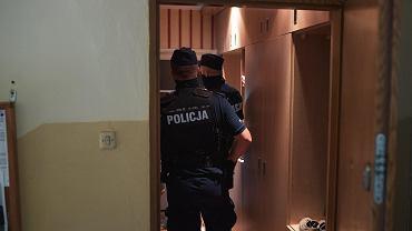 Interwencja policji w mieszkaniu. Zdjęcie ilustracyjne.
