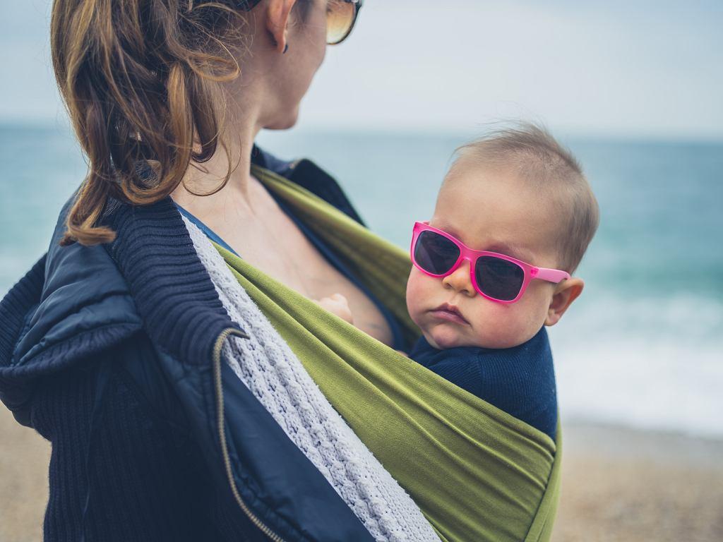 Chusty do noszenia dzieci posiadają wiele zalet. Zdjęcie ilustracyjne