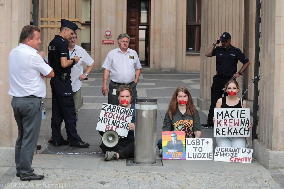 Zdjęcie numer 7 w galerii - Aktywiści LGBT przypięli się do bramy Ministerstwa Edukacji. Rozmawiali z wiceministrem. Obiecano im spotkanie z Czarnkiem