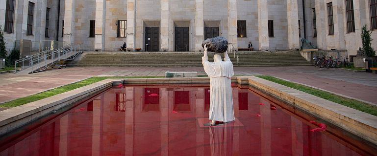W rękach głaz, pod stopami czerwona ciecz. Nietypowy pomnik Jana Pawła II