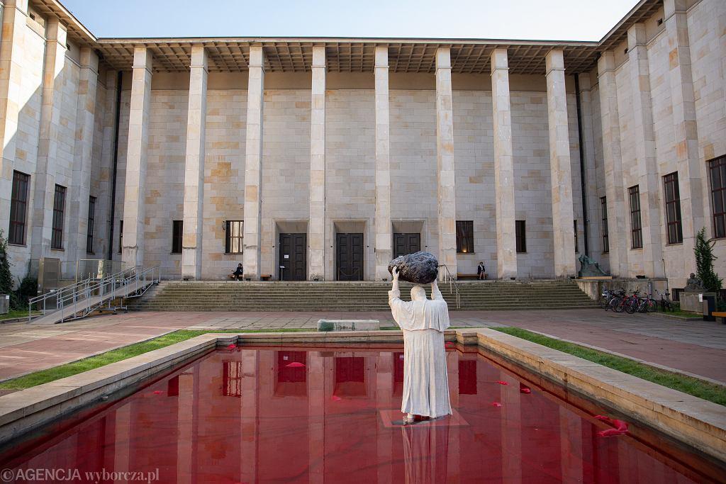 Pomnik Jana Pawła II przed Muzeum Narodowym w Warszawie