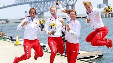 Srebrny medal dla kajakarskiej czwórki podwójnej kobiet w Tokio. Agnieszka Kobus - Zawojska, Marta Wieliczko, Maria Sajdak i Katarzyna Zillmann podczas dekoracji medalowej