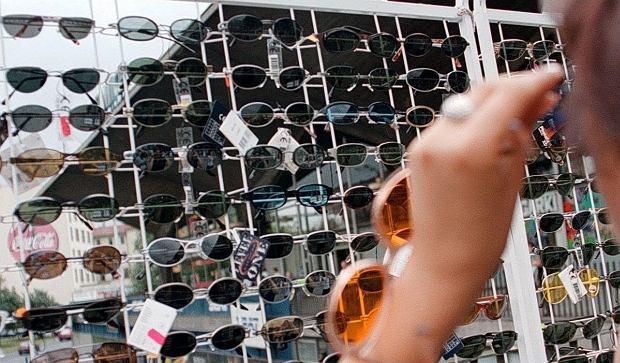 Okulary przeciwsłoneczne za 30 zł bezpieczne dla oczu? 'To